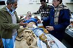 L'officier de police Abdul Qayyum, blessé lors de l'attentat qui couta la vie à Benazir Bhutto le 27 Décembre, parle avec des amis à l'hopital général de Rawalpindi.