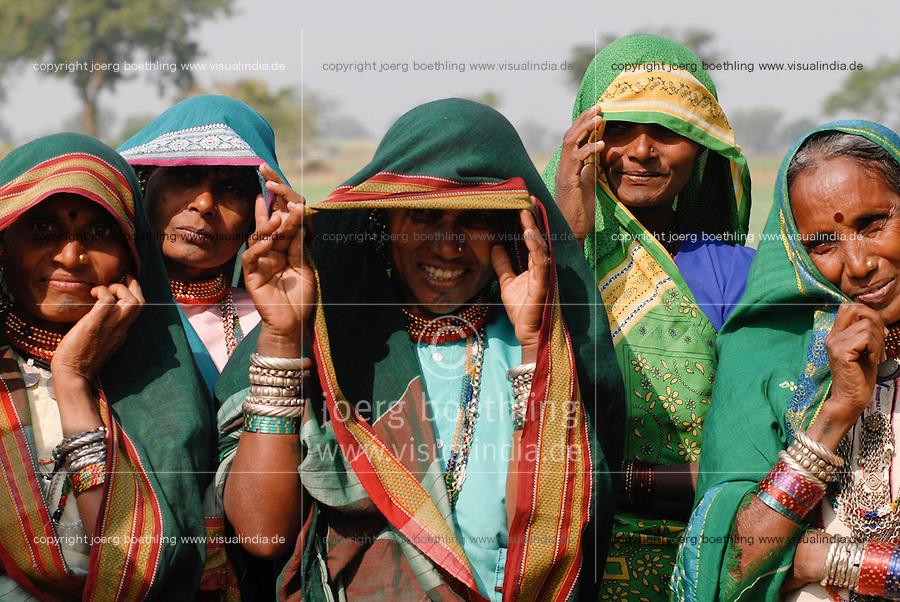 INDIEN Madhya Pradesh , Advasi Frauen vom Stamm der Bhil / INDIA Madhya Pradesh , tribal women of Bhil tribe