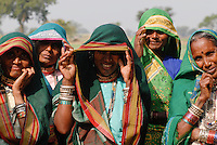 INDIEN Madhya Pradesh , Advasi Frauen vom Stamm der Bhil / INDIA Madhya Pradesh , tribal women of Bhil tribe