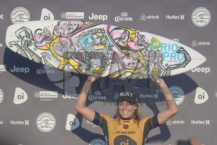 SAQUAREMA, RJ, 16.05.2018 - WSL-RJ - Stephanie Gilmore comemora o título do Oi Rio Pro etapa da WSL na Praia de Itaúna, Saquarema, Rio de Janeiro nesta quarta-feira, 16. (Foto: Clever Felix/Brazil Photo Press)