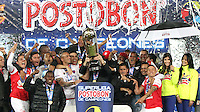 BOGOTA -COLOMBIA, 27-ENERO-2015. Jugadores del   Independiente Santa Fe levantan el trofeo que los acredita como campeones de La Superliga Postobon 2015 al vencer al Atletico Nacional en el  partido de la final vuelta de la Superliga Liga Postobon 2015 del futbol colombiano primera division  jugado en el estadio Nemesio Camacho El Campin de Bogota . / Indepndiente Santa Fe  players lift the trophy certifying them as champions of the Superliga Postobon 2015 to win at Atletico Nacional  and match of the final round of the Superleague Liga Postobon 2015 the Colombian first division football played at the stadium Nemesio Camacho El Campin Bogota . Photo / VizzorImage / Felipe Caicedo  / Staff
