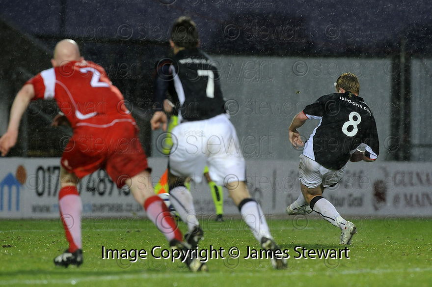 10/01/2009  Copyright Pic: James Stewart.File Name : sct_jspa07_falkirk_v_qots.SCOT ARFIELD SCORES FALKIRK'S FIRST.James Stewart Photo Agency 19 Carronlea Drive, Falkirk. FK2 8DN      Vat Reg No. 607 6932 25.Studio      : +44 (0)1324 611191 .Mobile      : +44 (0)7721 416997.E-mail  :  jim@jspa.co.uk.If you require further information then contact Jim Stewart on any of the numbers above.........