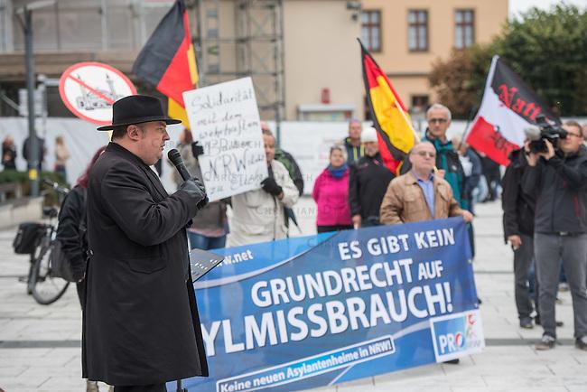 """Rechte demonstrieren in Bautzen gegen Fluechtlinge.<br /> Am Sonntag den 18. September 2016 versammelten sich im saechsischen Bautzen ca. 120 Rechte zu einem Kundgebung mit anschliessender Demonstration um gegen Fluechtlinge zu demonstrieren. Sie riefen Parolen gegen Fluechtlinge und gegen Angela Merkel und beschimpften Medienvertreter als """"Volksverraeter"""".<br /> Nach Aussagen von Anwohnern waren nur etwa 15 Teilnehmer aus Bautzen. Bautzener Rechtsextreme hatten zuvor aufgerufen, sich vorerst nicht an Demonstrationen zu beteiligen, bis ein von ihnen an die Stadtverwaltung gestelltes Ultimatum, zu Loesung der Fluechtlingsfrage verstrichen ist.<br /> Im Bild: Der Dresdner """"Pegida-Anwalt"""" Jens Lorek.<br /> Im Hintergrund: Eine Handvoll Mitglieder der Kleinstpartei PRO-NRW ist eigens fuer diesen Tag nach Bautzen gereist.<br /> 18.9.2016, Bautzen/Sachsen<br /> Copyright: Christian-Ditsch.de<br /> [Inhaltsveraendernde Manipulation des Fotos nur nach ausdruecklicher Genehmigung des Fotografen. Vereinbarungen ueber Abtretung von Persoenlichkeitsrechten/Model Release der abgebildeten Person/Personen liegen nicht vor. NO MODEL RELEASE! Nur fuer Redaktionelle Zwecke. Don't publish without copyright Christian-Ditsch.de, Veroeffentlichung nur mit Fotografennennung, sowie gegen Honorar, MwSt. und Beleg. Konto: I N G - D i B a, IBAN DE58500105175400192269, BIC INGDDEFFXXX, Kontakt: post@christian-ditsch.de<br /> Bei der Bearbeitung der Dateiinformationen darf die Urheberkennzeichnung in den EXIF- und  IPTC-Daten nicht entfernt werden, diese sind in digitalen Medien nach §95c UrhG rechtlich geschuetzt. Der Urhebervermerk wird gemaess §13 UrhG verlangt.]"""