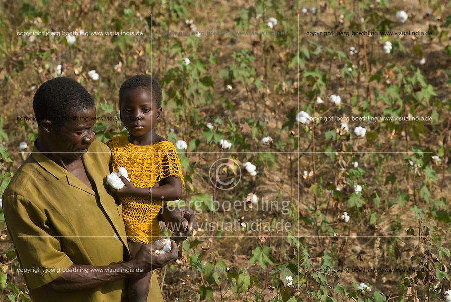 Burkina Faso , Anbau von fairtrade und Biobaumwolle auf Biohof von Farmer Nayaga Daniel im Dorf Dapury bei Ouagadougou, Farmer mit Tochter / Burkina Faso - organic and fairtrade cotton project