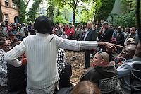 Am Freitag den 20. Juni 2014 sollte eine Versammlung des Bezirksstadtrats und Leiter der Abteilung Planen, Bauen, Umwelt und Immobilien, Hans Panhoff (Buendnis 90/Die Gruenen) (im Kreis 2.vr.) mit Bewohnern der von Fluechtlingen besetzten Schule in der Kreuzberger Ohlauerstrasse stattfinden. Das Treffen wurde jedoch bekannt und es kamen ca. 100 Unterstuetzer zu dem Treffen, so dass es nicht in der Schule, sondern im Freien abgehalten werden musste.<br /> Baustadtrat Panhoff wollte eigentlich die Bedingungen fuer einen Umzug in andere Unterkuenfte vortragen. Sollten die Fluechtlinge nicht zustimmen, koenne ein Eingreifen der Polizei nicht ausgeschlossen werden. Bei der Versammlung trugen verschiedene Fluechtlingen ihre Anliegen fuer Asyl, Bewegungsfreiheit und gegen die wiederholten Durchsuchungen und Schikanen durch die Polizei vor. Panhoff erklaerte, dass er damit nichts zu tun habe.<br /> 20.6.2014, Berlin<br /> Copyright: Christian-Ditsch.de<br /> [Inhaltsveraendernde Manipulation des Fotos nur nach ausdruecklicher Genehmigung des Fotografen. Vereinbarungen ueber Abtretung von Persoenlichkeitsrechten/Model Release der abgebildeten Person/Personen liegen nicht vor. NO MODEL RELEASE! Don't publish without copyright Christian-Ditsch.de, Veroeffentlichung nur mit Fotografennennung, sowie gegen Honorar, MwSt. und Beleg. Konto: I N G - D i B a, IBAN DE58500105175400192269, BIC INGDDEFFXXX, Kontakt: post@christian-ditsch.de]