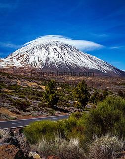 Spanien, Kanarische Inseln, Teneriffa, Teide Nationalpark: der schneebedeckte Pico del Teide (3.718 m) | Spain, Canary Islands, Tenerife, Teide National Park: snow covered Pico del Teide (3.718 m)
