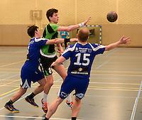 HBC Izegem -  Desselgemse Handbal : duel met Michiel Beke (midden) in de Izegemse defensie <br /> foto VDB / BART VANDENBROUCKE
