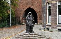 Nederland  Zutphen-  2020.   De Drogenapstoren, oorspronkelijk de Saltpoort (zoutpoort) genaamd, is gebouwd in 1444 als stadspoort. Hij heeft maar kort als stadspoort dienstgedaan. De poort werd in 1465 dichtgemetseld. Sindsdien draagt hij de naam Drogenapstoren, vernoemd naar Tonis Drogenap. Beeld van Tonis Drogenap.  Foto : ANP/ HH / Berlinda van Dam