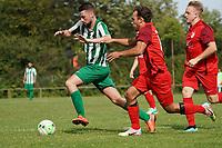 Koray Cetincelik (Klein-Gerau, l.) gegen Joscha Wolf (M.) und Moritz Diehl (Bauschheim) - 15.08.2021 Büttelborn: SV Klein-Gerau vs. SKG Bauschheim, A-Liga