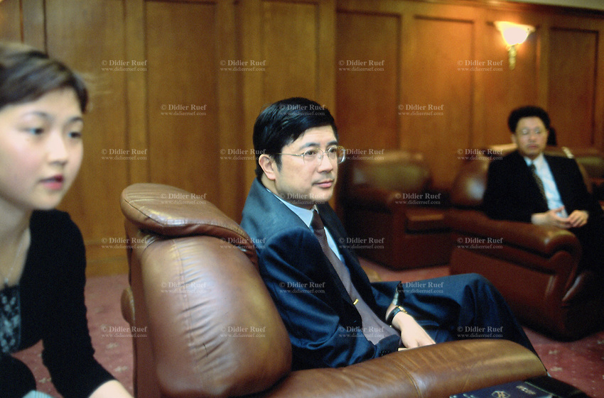 """China. Province of Zhejiang. Hangzhou. M. Shen Jian. Vicemayor  of """" Hangzhou Municipal People's Government """"  with his translater ( a woman) and his personal assistant. Leather sofa. © 2004 Didier Ruef"""