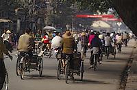 Asie/Vietnam/Hanoi: Cyclistes dans la rue prés du temple de la Littérature