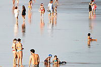 TORRES, RS, 08/02/2021 – TORRES –LITORAL – A movimentação de banhistas no mar, durante um dia de sol na praia, em Torres, no litoral norte gaúcho, na segunda-feira (8).