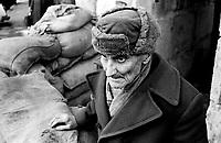 LETTLAND, 27.03.91.Riga.Waehrend des anhaltenden Kampfes um die Unabhaengigkeit ist die Stadt immer wieder marodierenden sowjetischen Sondertruppen ausgesetzt, an Schluesselpunkten stehen daher Barrikaden. - Alter Mann im Eingang des Radiogebaeudes am Domplatz in der Altstadt. (Es ist Rudolfs Reinhards, 1907-1993, der einmal in der Telefonzentrale des Radios gearbeitet hatte.)   During the ongoing fight for independence the town is regularely raided by Soviet special forces. Key spots are therefore protected by barricades. - Old man standing in the entrance of the radio central at the central cathedral square..© Martin Fejer/EST&OST.