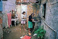 Família na Favela de Heliópolis, São Paulo. 1993. Foto de Juca Martins.