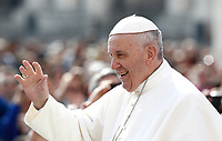 Papa Francesco saluta i fedeli al suo arrivo all'udienza generale del mercoledi' in Piazza San Pietro, Citta' del Vaticano, 26 aprile, 2017.<br /> Pope Francis waves to faithful as he arrives to lead his weekly general audience in St. Peter's Squareat the Vatican, on April 26, 2017.<br /> UPDATE IMAGES PRESS/Isabella Bonotto<br /> <br /> STRICTLY ONLY FOR EDITORIAL USE