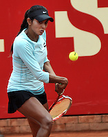 BOGOTA - COLOMBIA - 11-04-2016: Yuliana Lizarazo de Colombia, devuelve la bola a Sachia Veckery de Estados Unidos, durante partido por el Claro Colsanitas WTA, que se realiza en el Club El Rancho de Bogota. / Yuliana Lizarazo from Colombia returns the ball to Sachia Veckery from United States, during a match for the WTA Claro Colsanitas, which takes place at Club El Rancho de Bogota. Photo: VizzorImage / Luis Ramirez / Staff.