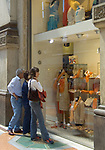 Italien, Lombardei, Mailand: Einkaufsbummel in der Galleria Vittorio Emanuele   Italy, Milan: Shopping Vittorio Emanuele Arcade