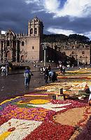Amérique/Amérique du Sud/Pérou/Cuzco : Plaza de Armas, la cathédrale (1560-1654) qui marie l'architecture baroque espagnole et le travail de la pierre propre aux Indiens et indiennes vendant des fleurs pour la procession du seigneur du tremblement de terre