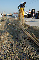 Pescatori riparano le reti. Fishermen repair nets....