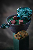 Gastronomie Générale / Diététique / Différentes formes de spiruline Bio - Spiruline en Poudre et  Spiruline  en pétales   & brindilles et Truffes au Chocolat Cru   et  cookies à la spiruline  ,  Bol de Maskos Kristina Ceramiste  //  General Gastronomy / Diet / Different forms of organic spirulina - Spirulina Powder and Spirulina in petals & twigs and Raw Chocolate Truffles and spirulina cookies, Bowl of Maskos Kristina Ceramiste