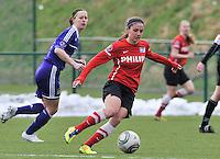 RSC Anderlecht Dames - PSV / FC Eindhoven : Danielle van de Donk aan de bal voor Cynthia Browaeys (links).foto David Catry / Vrouwenteam.be