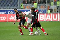 Markus Weissenberger (l.) und Patrick Ochs (r., beide Eintracht Frankfurt) im Zweikampf mit Jan Rosenthal (Hannover 96, M.) +++ Eintracht Frankfurt vs. Hannover 96, 03.03.2007, Commerzbak Arena Frankfurt +++ Marc Schueler, Am Wolfsberg 11, 64569 Nauheim, 0151/11654988 +++ Bild ist honorarpflichtig. Marc Schueler, Kreissparkasse Grofl-Gerau, BLZ: 50852553, Kto.: 8047714