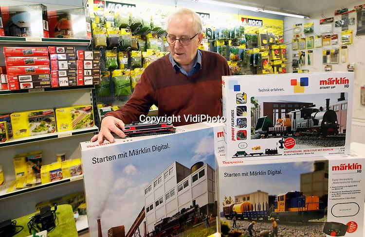 Foto: VidiPhoto<br /> <br /> GELDERMALSEN – De 77-jarige Hans Scheffer sluit eind dit jaar zijn winkel voor modelspoortechniek in Geldermalsen na 20 jaar. Hij heeft geen opvolger. Inmiddels is een groot deel van zijn winkelvoorraadf al opgeruimd. Volgens Scheffer is het nu tijd om te gaan genieten van zijn pensioen. En dat is meer aandacht schenken aan zijn vrouw en aan zijn onafgebouwde modelspoorbaan in zijn eigen woning.
