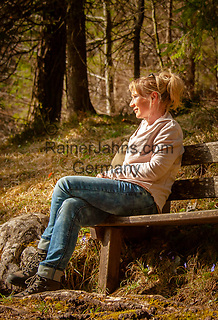 Deutschland, Bayern, Chiemgau; junge Frau geniesset die ersten Sonnenstrahlen im Fruehling | Germany, Bavaria, Chiemgau: young woman enjoying the first warm sun rays in spring