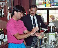 1989, Hilversum, Dutch Open, Melkhuisje, Emilio Sanchez tapt een biertje in de replica van cafe de Pieper