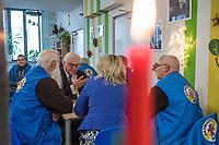 """Am 18. Dezember besuchte Bundespraesident Frank-Walter Steinmeier mit seiner Frau Elke Buedenbender das """"Zentrum am Zoo"""" der Berliner Stadtmission. Sie haben sich ueber die Plaene fuer das kuenftige Zentrum am Zoo mit dem Schwerpunkt Obdachlosigkeit in den Bereichen Beratung, Begleitung und Bildung informiert.<br /> Die Deutsche Bahn hat der Berliner Stadtmission Raeume in einer Groesse von 500 qm auf 25 Jahre zur kostenfreien Nutzung uebergeben.<br /> Der Bundespraesident und seine Ehefrau setzten sich auch mit ehrenamtlichen Helferinnen und Helfern der Stadtmission zusammen und unterhielten sich ueber deren Engagement.<br /> 18.12.2017, Berlin<br /> Copyright: Christian-Ditsch.de<br /> [Inhaltsveraendernde Manipulation des Fotos nur nach ausdruecklicher Genehmigung des Fotografen. Vereinbarungen ueber Abtretung von Persoenlichkeitsrechten/Model Release der abgebildeten Person/Personen liegen nicht vor. NO MODEL RELEASE! Nur fuer Redaktionelle Zwecke. Don't publish without copyright Christian-Ditsch.de, Veroeffentlichung nur mit Fotografennennung, sowie gegen Honorar, MwSt. und Beleg. Konto: I N G - D i B a, IBAN DE58500105175400192269, BIC INGDDEFFXXX, Kontakt: post@christian-ditsch.de<br /> Bei der Bearbeitung der Dateiinformationen darf die Urheberkennzeichnung in den EXIF- und  IPTC-Daten nicht entfernt werden, diese sind in digitalen Medien nach §95c UrhG rechtlich geschuetzt. Der Urhebervermerk wird gemaess §13 UrhG verlangt.]"""