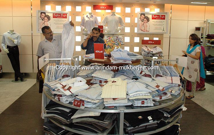 Indian people shopping at a plaza during yearly sale  in  Kolkata, India, Arindam Mukherjee