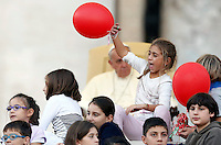 Papa Francesco presenzia all'incontro con le famiglie in Piazza San Pietro, Citta' del Vaticano, 26 ottobre 2013.<br /> Pope Francis attends a meeting with families in St. Peter's Square at the Vatican, 26 October 2013.<br /> UPDATE IMAGES PRESS/Riccardo De Luca<br /> <br /> STRICTLY ONLY FOR EDITORIAL USE