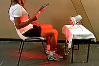 Tratamento com raios infravermelhos. Clínica de fisioterapia. São Paulo. 2000. Foto de Juca Martins.