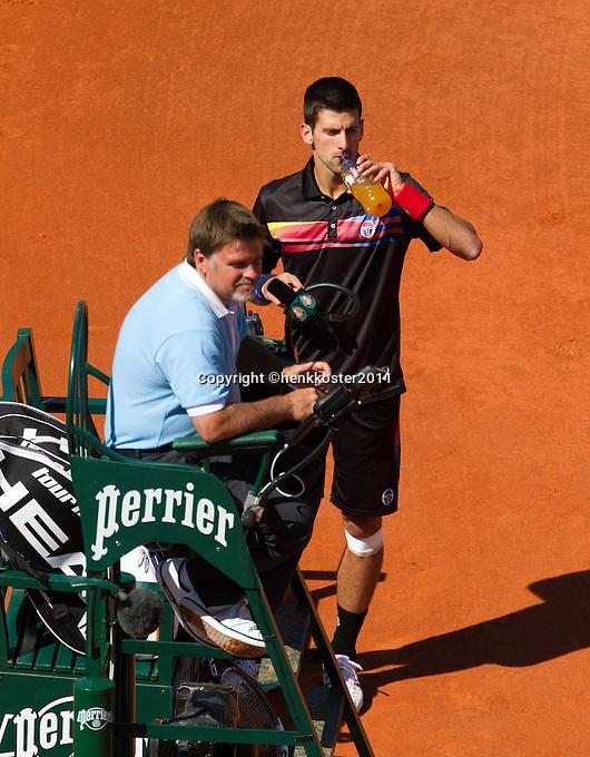 25-05-11, Tennis, France, Paris, Roland Garros,    Novak Djokovic drinking during changeover, in the chair umpire Cedric Mourier