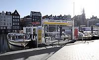 Nederland  Amsterdam -  2020.  Het is rustig op het Damrak. De hekken naar de rondvaartboten zijn gesloten. . Foto : ANP/ HH / Berlinda van Dam