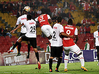 BOGOTA - COLOMBIA - 24-04-2016: Jaine Barreiro (Der.) jugador de Independiente Santa Fe disputa el balón con Luis Caicedo (Izq.) y Juan C Roa (Izq.) jugadores de Cortulua, durante partido por la fecha 6 entre Independiente Santa Fe y Cortulua, de la Liga Aguila I-2016, en el estadio Nemesio Camacho El Campin de la ciudad de Bogota.  / Jaine Barreiro (R) player of Independiente Santa Fe struggles for the ball with Luis Caicedo (Izq.) and Juan C Roa (L) players of Cortulua, during a match of the 6 date between Independiente Santa Fe and Cortulua, for the Liga Aguila I -2016 at the Nemesio Camacho El Campin Stadium in Bogota city, Photo: VizzorImage / Luis Ramirez / Staff.