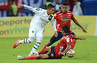 MEDELLÍN -COLOMBIA-03-05-2015. Chistian Marrugo y Carlos Valencia (Der) jugadores de Independiente Medellín disputan el balón con Alex Stick Castro (Izq) jugador de Alianza Petrolera durante partido por la fecha 18 de la Liga Águila I 2015 jugado en el estadio Atanasio Girardot de la ciudad de Medellín./ Chistian Marrugo and Carlos Valencia (R) players of Independiente Medellin fight for the ball with Alex Stick Castro (L) player of Alianza Petrolera during the match for the  18th date of the Aguila League I 2015 at Atanasio Girardot stadium in Medellin city. Photo: VizzorImage/León Monsalve/Cont