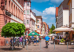 Deutschland, Bayern, Unterfranken, Main-Spessart, Karlstadt: Blick vom Marktplatz in die Hauptstrasse mit vielen Cafés und Restaurants | Germany, Bavaria, Lower Franconia, Main-Spessart, Karlstadt: view from market square along main street with cafés and restaurants