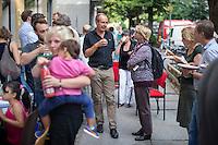 Feier zu 125 Tagen Fluechtlingspaten Syrien e.V.<br /> Der Verein hilft Fluechtlingen aus Syrien in Berlin eine neue Heimat zu finden. Die Fluechtlingspaten verpflichten sich fuer die Buergerkriegsfluechtlinge finanziell aufzukommen.<br /> Im Bild: Der Schriftsteller Martin Keune im Gespraech mit einer Festbesucherin. Keune hat den Verein zusammen mit dem Rechtsanwalt Ulrich Karpenstein und anderen gegruendet.<br /> 20.8.2015, Berlin<br /> Copyright: Christian-Ditsch.de<br /> [Inhaltsveraendernde Manipulation des Fotos nur nach ausdruecklicher Genehmigung des Fotografen. Vereinbarungen ueber Abtretung von Persoenlichkeitsrechten/Model Release der abgebildeten Person/Personen liegen nicht vor. NO MODEL RELEASE! Nur fuer Redaktionelle Zwecke. Don't publish without copyright Christian-Ditsch.de, Veroeffentlichung nur mit Fotografennennung, sowie gegen Honorar, MwSt. und Beleg. Konto: I N G - D i B a, IBAN DE58500105175400192269, BIC INGDDEFFXXX, Kontakt: post@christian-ditsch.de<br /> Bei der Bearbeitung der Dateiinformationen darf die Urheberkennzeichnung in den EXIF- und  IPTC-Daten nicht entfernt werden, diese sind in digitalen Medien nach §95c UrhG rechtlich geschuetzt. Der Urhebervermerk wird gemaess §13 UrhG verlangt.]
