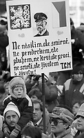 Praga / Cecoslovacchia dic.1989.Vaclav Havel acclamato dalla folla radunata in Piazza San Venceslao durante i giorni della 'Rivoluzione di velluto'. Nella foto, simboli nazionalisti esposti durante la manifestazione contro il regime..Vaclav Havel acclaimed by the crowd gathered in Wenceslas Square during the days of the 'Velvet Revolution'. In the photo, nationalist symbols on display during the demonstration against the regime..Photo Livio Senigalliesi.