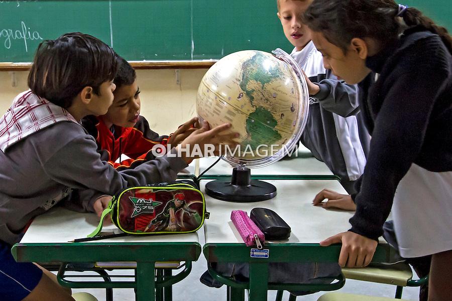 Crianças em sala de aula, Escola Municipal de Ensino Fundamental EMEF. Ilha Solteira. Sao Paulo. 2013. Foto de Ana Druzian.