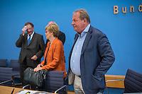 """Pressekonferenz zu den Grossdemonstrationen """"CETA und TTIP stoppen!"""" am 17. September in sieben Staedten.<br /> Am Dienstag den 23. August 2016 stellten der Vorsitzender der Gewerkschaft ver.di, die Praesidentin von Brot fuer die Welt, der Geschaeftsfuehrer des Deutschen Kulturrates, der Bundesvorsitzender der NaturFreunde Deutschlands, der Hauptgeschaeftsfuehrer des Paritaetischen Wohlfahrtsverbandes und der Geschaeftsfuehrer von Campact die Ziele der geplanten Grossdemonstrationen """"CETA und TTIP stoppen!"""" im Haus der Bundespressekonferenz vor.<br /> Nach Meinung der Veranstalter der Demonstrationen sind CETA und TTIP nicht dem Gemeinwohl in der EU, den USA und Kanada verpflichtet, sondern den Interessen von Konzernen und Investoren. Dagegen sollen mehrere hunderttausend Menschen am 17. September in sieben Staedten auf die Strasse gehen.<br /> Zu den Demonstrationen rufen auf: Wohlfahrts-, Sozial- und Umweltverbaende, Gewerkschaften, Organisationen fuer Demokratie-, Kultur- und Entwicklungspolitik, fuer Verbraucher- und Mieterschutz und nachhaltige Landwirtschaft, aus Kirchen sowie kleinen und mittleren Unternehmen. Dem Traegerkreis gehoeren 30 Organisationen auf Bundesebene an, unterstuetzt von regional aktiven Initiativen und Buendnissen sowie von Parteien.<br /> Im Bild vlnr.: Olaf Zimmermann, Geschaeftsfuehrer des Deutschen Kulturrates; Cornelia Fuellkrug-Weitzel, Praesidentin von Brot fuer die Welt; Frank Bsirske, Vorsitzender der Gewerkschaft ver.di.<br /> 23.8.2016, Berlin<br /> Copyright: Christian-Ditsch.de<br /> [Inhaltsveraendernde Manipulation des Fotos nur nach ausdruecklicher Genehmigung des Fotografen. Vereinbarungen ueber Abtretung von Persoenlichkeitsrechten/Model Release der abgebildeten Person/Personen liegen nicht vor. NO MODEL RELEASE! Nur fuer Redaktionelle Zwecke. Don't publish without copyright Christian-Ditsch.de, Veroeffentlichung nur mit Fotografennennung, sowie gegen Honorar, MwSt. und Beleg. Konto: I N G - D i B a, IBAN DE58500105175400"""