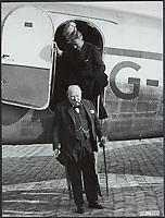 Winston Churchill op vliegveld Valkenburg voor bezoek Europcongres in Den Haag Datum : 7 mei 1948 Locatie : Valkenburg, Zuid-Holland Trefwoorden <br /> <br /> 7 May 1948