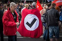 """Ueber 1.000 Rechtsextreme aus mehreren Bundeslaendern demonstrieren am Samstag den 19. August 2017 in Berlin zum Gedenken an den Hitler-Stellvertreter Rudolf Hess.<br /> Rudolf Hess hatte am 17. August 1987 im Alliierten Kriegsverbrechergefaengnis in Berlin Spandau Selbstmord begangen. Seitdem marschieren Rechtsextremisten am Wochenende nach dem Todestag mit sog. """"Hess-Maerschen"""".<br /> Weit ueber 1.000 Menschen protestierten gegen den Aufmarsch der Rechtsextremisten und stoppten den Hess-Marsch nach 300 Metern mit Sitzblockaden. Der rechtsextreme Aufmarsch wurde daraufhin von der Polizei umgeleitet.<br /> Aus dem Aufmarsch wurden mehrfach Gegendemonstranten angegriffen, mindestens ein Neonazi wurde festgenommen.<br /> Im Bild: Zwei Demonstrationsteilnehmer mit einer Fahne der Gruppe """"Hooligans gegen Satzbau"""" (HoGeSa). Unter dem Namen werden im Internet rechte und rechtsextreme Meldungen mit Witz und Humor widerlegt.<br /> 19.8.2017, Berlin<br /> Copyright: Christian-Ditsch.de<br /> [Inhaltsveraendernde Manipulation des Fotos nur nach ausdruecklicher Genehmigung des Fotografen. Vereinbarungen ueber Abtretung von Persoenlichkeitsrechten/Model Release der abgebildeten Person/Personen liegen nicht vor. NO MODEL RELEASE! Nur fuer Redaktionelle Zwecke. Don't publish without copyright Christian-Ditsch.de, Veroeffentlichung nur mit Fotografennennung, sowie gegen Honorar, MwSt. und Beleg. Konto: I N G - D i B a, IBAN DE58500105175400192269, BIC INGDDEFFXXX, Kontakt: post@christian-ditsch.de<br /> Bei der Bearbeitung der Dateiinformationen darf die Urheberkennzeichnung in den EXIF- und  IPTC-Daten nicht entfernt werden, diese sind in digitalen Medien nach §95c UrhG rechtlich geschuetzt. Der Urhebervermerk wird gemaess §13 UrhG verlangt.]"""