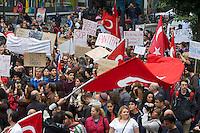 Mehrere tausend Menschen solidarisierten sich am Samstag den 1. Juni 2013 in Berlin mit den Opfern der Polizeiuebergriffe in Istanbul. Sie forderten, unabhaengig von Parteizugehoerigkeit, den Ruecktritt des Ministerpraesidenten und ein Ende der Polizeigewalt in der Tuerkei. In Istanbul versucht die Polizei seit Mittwoch mit Traenengas, Pfefferspray, Wasserwerfern und Gummigeschossen, u.a. aus Hubschraubern einen der letzten Parks in der Innenstadt zu raeumen, damit dort ein Einkaufszentrum gebaut werden kann. Im laufe der Polizeiuebergriffe wurden mehrere hundert Menschen zum Teil schwerst verletzt, aus Tote werden aus der Tuerkei gemeldet. Militaerangehoerige und einige Polizisten haben sich mit den Menschen solidarisiert und ihnen Gasmasken zum Schutz gegeben.<br />Im Bild: Demonstration in Berlin-Kreuzberg.<br />1.6.2013, Berlin<br />Copyright: Christian-Ditsch.de<br />[Inhaltsveraendernde Manipulation des Fotos nur nach ausdruecklicher Genehmigung des Fotografen. Vereinbarungen ueber Abtretung von Persoenlichkeitsrechten/Model Release der abgebildeten Person/Personen liegen nicht vor. NO MODEL RELEASE! Don't publish without copyright Christian-Ditsch.de, Veroeffentlichung nur mit Fotografennennung, sowie gegen Honorar, MwSt. und Beleg. Konto:, I N G - D i B a, IBAN DE58500105175400192269, BIC INGDDEFFXXX, Kontakt: post@christian-ditsch.de<br />Urhebervermerk wird gemaess Paragraph 13 UHG verlangt.]
