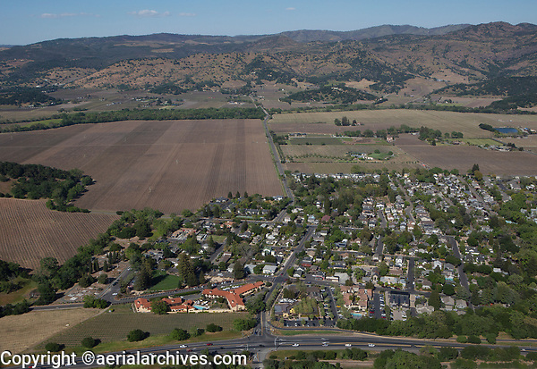 aerial photograph Yountville, Napa County, California, Napa Valley Lodge in the foreground left