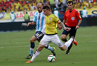 BARRANQUILLA  -COLOMBIA , 17 ,NOVIEMBRE-2015. James Rodriguez jugador de Colombia   disputa el balon con Javier Mascherano  de Argentina    por la fecha 4 de las eliminatorias para el mundial de Rusia 2018 jugado en el estadio Metropolita Roberto Meléndez./ James Rodriguez of Colombia fights for the ball with Javier Mascherano of Argentina  during   a match between Colombia and Argentina as part of FIFA 2018 World Cup Qualifier fourt date at Metropolitano Roberto Melendez Stadium on November 17, 2015 in Barranquilla, Colombia. Photo: VizzorImage / Felipe Caicedo / Staff