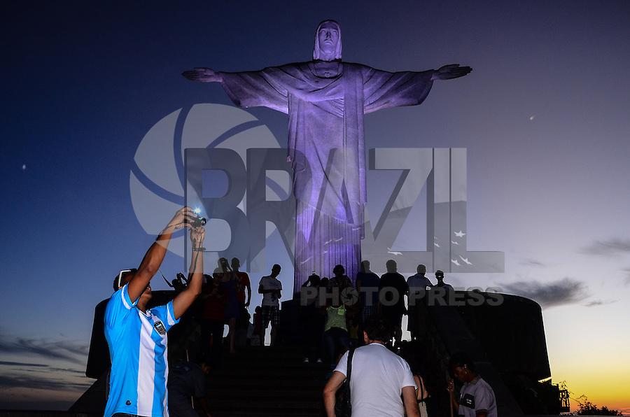 RIO DE JANEIRO, RJ, 14 DE MAIO 2013 - CRISTO RENDENTOR ATÉ AS 23 HORAS - Cariocas e turistas circulam pela estação do trem do Corcovado, na Zona Sul do Rio de Janeiro, nesta terça-feira, 14. A partir do dia 30, feriado de Corpus Christi, o Cristo Redentor passará a funcionar até as 23h, como teste para os eventos que ocorrerão no monumento durante a Jornada Mundial da Juventude. A ideia é avaliar o local à noite e adotar medidas necessárias em iluminação e segurança, para garantir o sucesso do encontro, em julho. (FOTO: MARCELO FONSECA / BRAZIL PHOTO PRESS).