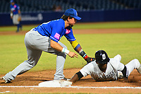BARRANQUILLA - COLOMBIA, 30-11-2019: Anderson Bohorquez de Gigantes y Valentin Martinez de Vaqueros durante partido entre Gigantes de Barranquilla y Vaqueros de Montería como parte de La Liga Profesional de Béisbol Colombiano 2019/2020 jugado en el estadio Edgar Renteria de Barranquilla. / Anderson Bohorquez of Gigantes and Valentin Martinez of Vaqueros during match between Gigantes de Barranquilla and Vaqueros de Monteria as part of Colombian Professional Baseball League 2019/2020 played at Edgar Renteria stadium in Barranquilla city. Photo: VizzorImage / Alfonso Cervantes / Cont