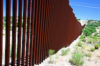 Messico Sasabe Posto di frontiera Muro tra Stati Uniti e Messico lungo il deserto di Sonora<br />